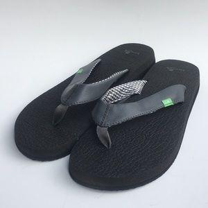 Gray Sanuk flip flops, 10